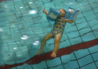 【こどもスイミング】3歳〜5歳:2年半で四泳法をマスターした小技 3選